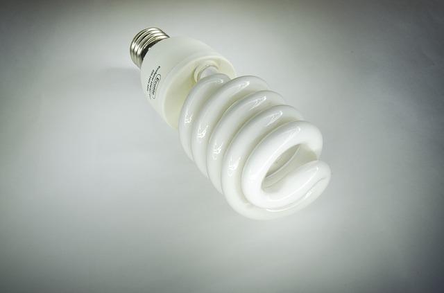 V domácnostech stále převažují vláknové žárovky a úsporné zářivky