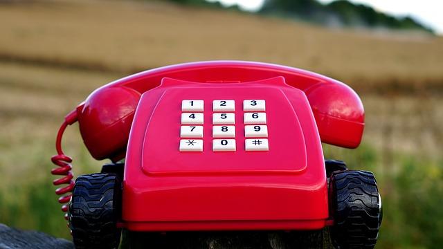 červený telefon